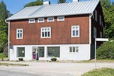 Punainen talo sijaitsee kylänraitin toisessa päässä metsän reunalla.