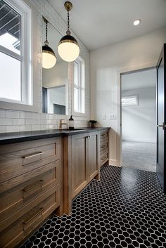 Modern farmhouse bathroom with a large Rough sawn White Oak vanity, leathered black granite countertop, Hicks pendants and black hex mosaic tile - Home decor ideas Black Granite Countertops, Kitchen Countertops, Modern House Design, Modern Interior Design, Leather Granite, Granite Bathroom, Oak Bathroom Cabinets, Black Vanity Bathroom, Shaker Kitchen Cabinets