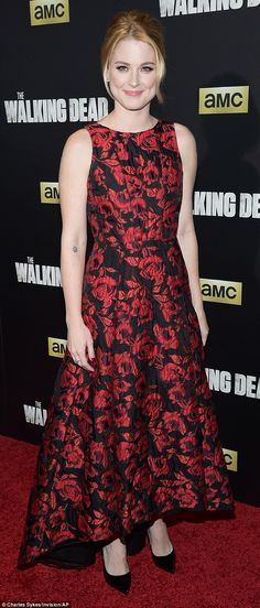 Lauren Cohan and Danai Gurira dazzle at premiere of The Walking Dead Walking Dead Girl, Amc Walking Dead, Alexandra Breckenridge, Lauren Cohen, Full Length Gowns, Red Gowns, Hollywood Celebrities, Red Flowers, Vogue