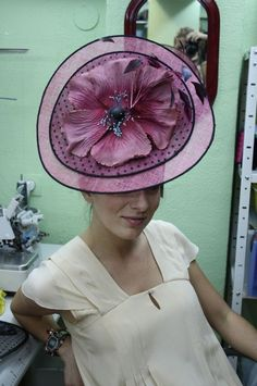 Otra obra de arte de #cherubina #headpiece #flower #wedding #boda #tocado Sinamay Hats, Millinery Hats, Ladies Hats, Hats For Women, How To Make Fascinators, Chapo, Fedoras, Wedding Hats, Love Hat