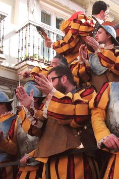 La mejor opción para disfrutar del Carnaval de Cádiz 2020 es callejear por el casco histórico, donde se concentran la gran mayoría de actividades. Las plazas se llenan de actuaciones y las calles del barrio de La Viña o del barrio del Pópulo se convierten en un espectáculo. ¿Quieres conocer más detalles? ¡Haz clic en el pin! Painting, Travel, Fictional Characters, Carnival, Wonders Of The World, Waterfalls, Getting To Know, Get Well Soon, Activities