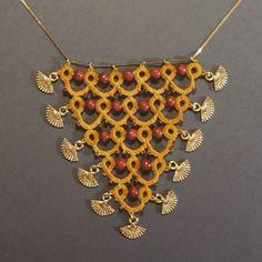 #necklace #collar # frivolité #tatting #schiffchenarbeit #handdyed #handmadejewellery #jewellery #jewelry #joyeria #joieria #bisuteria #bijoux #mostaza #woodbeads #fancharm #triangle #tatting #tattinglace # LaFrivé