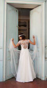 Aranéa - Collection 2015 Les Délicates d'Elsa Gary - Robe de mariée en dentelle et soie * Jaimemarobe.com * Votre robe de mariée est précieuse. Pour qu'elle reste aussi belle que dans vos souvenirs, préservez-la dans nos coffrets d'exception inspirés des techniques muséales.