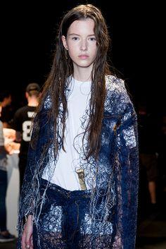 Faustine Steinmetz Steinmetz - Well, she young. Denim Fashion, High Fashion, Fashion Show, Womens Fashion, Fashion Trends, Jeans Petite, Deconstruction Fashion, All Jeans, Fashion Details