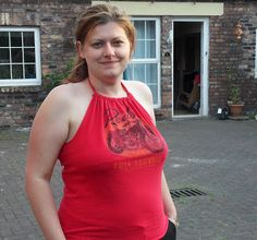 It looks like we have Guest Post month!! So many lovely people sharing their crafts with you on Red Ted Art. Hurray! This week we have the amazing Amanda from Unique Snowflake visiting. She came up with his ingenious way of converting an old T-shirt into a Halterneck for the ladies! Talk about fabulous recycling! …