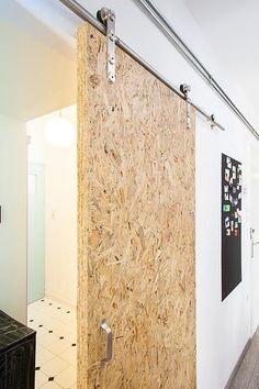 OSB votre allié décoration et rénovation Door Design Interior, Interior Barn Doors, Design Interiors, Plywood Interior, Interior Ideas, Sliding Door Design, Sliding Doors, Front Doors, House In The Woods