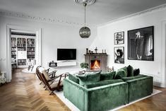 〚 Green velvet sofa and large library: apartment in Stockholm sqm) 〛 ◾ Photos ◾Ideas◾ Design Living Room Sofa, Interior Design Living Room, Living Room Designs, Living Room Decor, Living Spaces, Interior Modern, Green Velvet Sofa, Green Sofa, Interior Minimalista