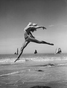 Saut et Bateau, 1937  Photographer: Fernand Fonssagrives  Model: Lisa Fonssagrives