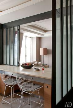 Богемный шик от Жана-Луи Денио. Между кухней и гостиной стол с раздвижной стеклянной перегородкой посередине. Когда перегородка закрыта, комнаты разделены. Когда открыта, четыре человека могут обедать, сидя на стульях по дизайну Гарри Бертойи – двое с кухонной стороны, двое со стороны гостиной.