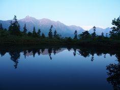 鏡池に写る逆さ槍。北アルプス槍ヶ岳 西鎌尾根の登山ルート核心部の案内。Japan Alps mountain climbing route guide