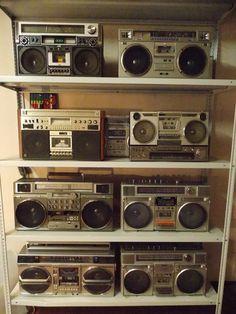 Retro Radios, Retro Home Decor, Vintage Decor, Vintage Vibes, Retro Vintage, Retro Aesthetic, Boombox, Banjo, Aesthetic Pictures