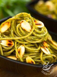 Gli Spaghetti con pesto di spinaci e mandorle: una ricetta velocissima da preparate, semplice e sfiziosa che vi conquisterà con la sua prelibatezza. #spaghettialpesto