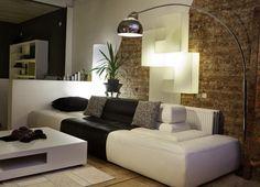 décoration salon moderne: lampadaire au-dessu du canapé