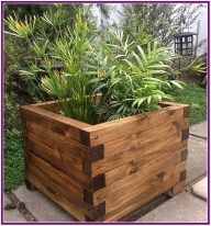 DIY pallet and wood planter box ideas don't have to be predictable. Discover the best designs that will give your deck a touch of style in DIY planter box designs, plans, ideas for vegetables and flowers Diy Wood Planters, Garden Planter Boxes, Wood Planter Box, Outdoor Planters, Planter Ideas, Raised Planter Boxes, Diy Wood Projects, Garden Projects, Outdoor Wood Projects