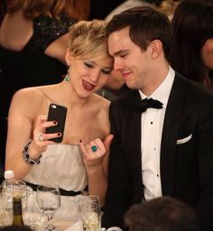 Selfie Golden Globes Nicholas Hoult and Jennifer Lawrence.