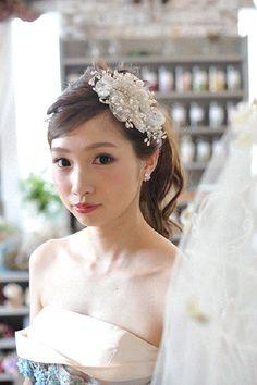 結婚式は女性のあこがれ。当日は自分の大好きなドレスを着て、素敵なヘアアレンジでゲストの前に登場したいですよね。「でもヘアアレンジを決めるのってむずかしい……」と思っては...