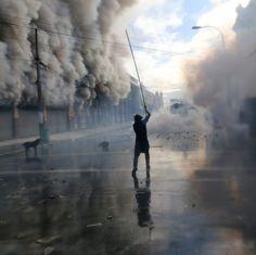 """Photo: Claudio Reyes pour @afpphoto English below - Au Chili une manifestation a éclaté à Valparaiso aux abords du Congrès alors que le présidente chilienne Michelle Bachelet (@michellebacheletpdta) livrait son message annuel à la nation le 21 mai 2016. Un agent de sécurité est mort suite aux incendies lancés """"intentionnellement"""" par les manifestants selon les pompiers. - Demonstrators #clash with #riot police in the surroundings of the #Congress in #Valparaiso #Chile while Chilean President…"""