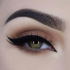 Every makeup junkie should know these incredible eyeliner tips! Eyeliner is such a major part of our Makeup Geek, Cute Makeup, Pretty Makeup, Makeup Inspo, Makeup Inspiration, Makeup Ideas, Makeup Tutorials, Makeup Guide, Edgy Makeup