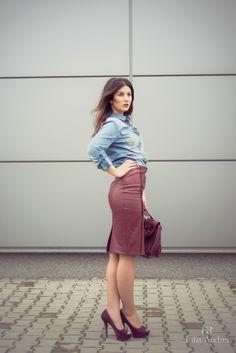 tinuta fusta stilou din piele burgundy si camasa din blugi iulia andrei fashion blog