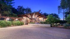 Seriálová hviezda, herečka Alysson Hannigan v roku 2016 vymenila svoje útulné bývanie v Santa Monice za toto luxusné, nadčasové sídlo v známej mestskej časti veľkého mesta Los Angeles. Zaujímavá zmena.