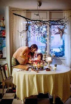 Varje år tar Tone Rørseth in en stor gren av något slag som hon hänger över köksbordet, där hon just nu bakar pepparkakor med 8-årige sonen Vincent.