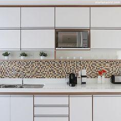Cozinha, destaque para o detalhe nude destacando os armários brancos, adorei o…