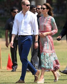 Ooh another printed number gets #KateMiddleton's vote - this time by @AnitaDongre. #RoyalVisitIndia #RoyalWatch by elleindiaofficial