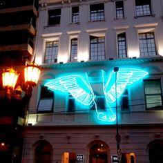 El piecito de Hermès? #EspacioFundacionTelefonica #arte #art #buildings #Hermès #beauty #light #luz #neon #wings #alas #Recoleta #BuenosAires #Argentina  (en Espacio Fundación Telefónica)