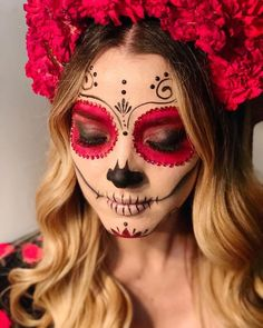 The most astounding altars and costumes from Day of the Dead.- The most astounding altars and costumes from Day of the Dead at Hollywood Forever 2017 💀 catrina 💀 - Halloween Makeup Sugar Skull, Creepy Halloween Makeup, Sugar Skull Costume, Sugar Skull Makeup Tutorial, Beautiful Halloween Makeup, Haloween Makeup, Zombie Halloween Costumes, Halloween Skeletons, Maquillage Sugar Skull