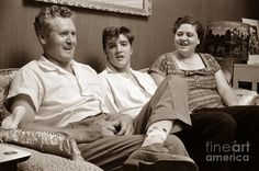 elvis-presley-at-home-with-vernon-and-gladys-sepia-print-the-phillip-harrington-collection.jpg (900×596)