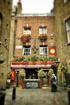 Lamb & Flag Pub — Located down a narrow alleyway near Covent Garden, the Lamb & Flag is considered one of London's oldest pubs and was once a favorite watering hole of Charles Dickens.