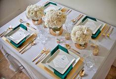 mesa posta com pratos quadrados