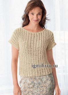 Светло-бежевый пуловер из фантазийной резинки, связанный единым полотном. Вязание спицами