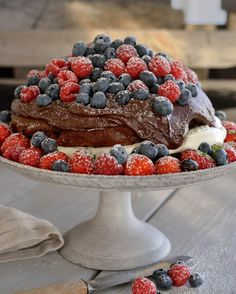 Dark chocolate dream with fresh berries - autumn's best chocolate cake! Chocolate Dreams, Best Chocolate Cake, Chocolate Heaven, Chocolate Cheesecake, Dere, Dream Cake, Frisk, Sweet Bread, Food To Make
