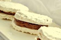 Hrníčkové laskonky s čokoládovým krémem Ingredience Bílek 5 ks Cukr k. Desserts With Biscuits, Sweet Desserts, Sweet Recipes, Czech Recipes, Candy Cookies, Sweet Cakes, Pavlova, Christmas Baking, Cupcake Cakes