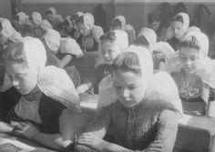 Een klas van de openbare school in 1944- Westkapelle My Heritage, Coming Home, My Beauty, Traditional Dresses, Family History, Netherlands, Holland, Dutch, Costumes
