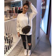 Damenmode: Schwarze Jeans mit Löchern, weißes Sweatshirt, Louis Vuitton-Tasche… Women's fashion: black jeans with holes, white sweatshirt, Louis Vuitton bag. Teen Fashion Outfits, Mode Outfits, Look Fashion, Trendy Outfits, Womens Fashion, Fashion Black, Winter Fashion, Simply Fashion, Fashion Shoes