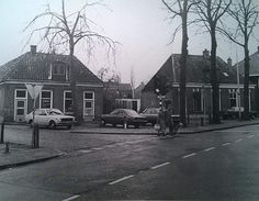 De verkeerslichten bij de Marke gaan in september verdwijnen. Vroeger hadden we nog meer verkeerslichten aan de Nijverdalsestraat, en wel bij de Oale Marckt. Die zijn in de jaren 70 verdwenen toen het doorgaand verkeer over de rondweg (nu F35 Zuidbroek) werd geleid. Op deze foto zien we links het pand waar nu de Oale Marckt is gevestigd. Laten we eerlijk zijn, het zit nu toch echt een stuk lekkerder op het terras?