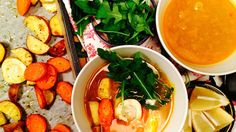 Prøv en kombinasjon av bakte rotgrønnsaker og suppe! I denne oppskriften legges ovnsbakte rotgrønnsaker i en kraft av gurkemeie og sitron før servering.