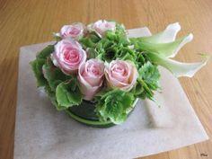 Bloemstukje om van te smullen - bloemschikken met bladeren van aspedistra en met rozen, Zantedeschia
