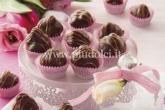 Tostate in padella le nocciole con lo zucchero, mettetele da parte e lasciatele intiepidire. Fase 1. Fondete i due tipi di cioccolato, unite le nocciole in granella e il liquore.  Fase 2.3. Omogenizzate il composto. Con le mani formate delle palline più piccole di una noce e inserite all'interno una nocciola intera.  Fase 4. Copertura: sciogliete il cioccolato fondente, colatelo sui cioccolatini e lasciateli asciugare.  Fase 5. Fondete anche il cioccolato al latte e, usando un conetto…