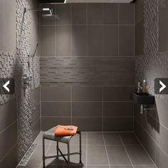 Du Carrelage gris pour la douche italienne d'une petite salle de bains. Leroy Merlin