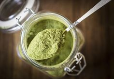Moringa Powder - It's time to ditch the caffeine in favor of a healthier and more natural energy booster. Moringa powder could be just what you need, and here's why. Spirulina, What Is Moringa, Moringa Recipes, Nutribullet Recipes, Sante Bio, La Constipation, Acide Aminé, Energy Boosters, Moringa Oleifera