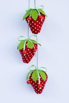 Wunderschöne Girlande aus drei Erdbeeren. Die Erdbeeren sind mit der grüne Schleife und roten Holzperlen geschmückt.    Nach Wunsch kann die Girlande