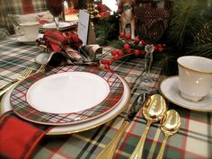I love tartan plaid! I have a lot of plaid in my fall and winter wardrobe and I have a lot a madras in my spring and summer wardrobe. Tartan Christmas, Christmas China, Christmas Home, Christmas Holidays, Country Christmas, Christmas Ideas, Christmas Table Settings, Christmas Tablescapes, Holiday Tables