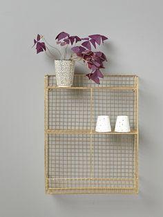 L'étagère filairepropose un rangement léger et fonctionnel. Elle apporte une toucheindustrielle dans toutes les pièces de la maison.  Détails Dim.