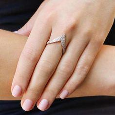 Jewelry Design Earrings, Gold Earrings Designs, Gold Jewelry Simple, Gold Rings Jewelry, Gold Mangalsutra Designs, Gold Ring Designs, Wedding Earrings Drop, Stylish Rings, Fashion Rings