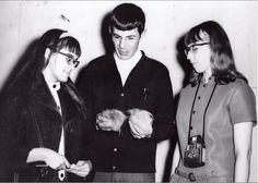 Leonard Nimoy showing his Tribbles to a couple of girls, Star Trek Party, Star Trek Spock, Star Trek Tos, Star Trek 1966, Star Trek Series, Leonard Nimoy, William Shatner, Scene Image, Sci Fi Fantasy