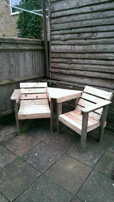 mesita triangular y sillas de palets