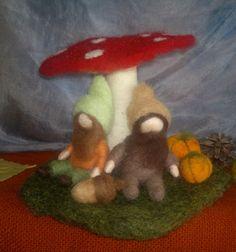 Duendes de otoño, seta, calabazas, bellota. Escena otoñal en lana cardada. Decoración de otoño.